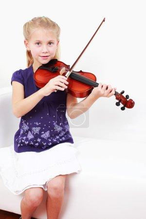 Photo pour Mignon petit violon jouant de la fille - image libre de droit
