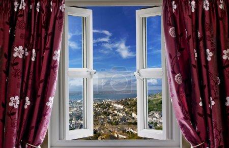 Photo pour Ouvrir la fenêtre avec vue sur le monde - image libre de droit