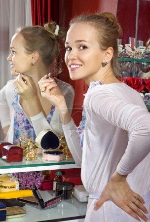 Photo pour Belle femme devant miroir de loge - image libre de droit