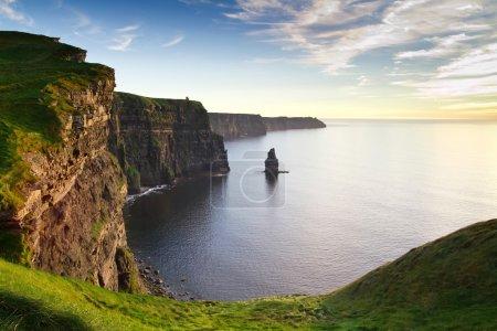 Photo pour Falaises de Moher au coucher du soleil - point de repère national irlandais - image libre de droit