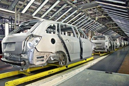 Photo pour Assemblé voitures consécutive à l'usine de voiture - image libre de droit