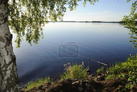 Photo pour Pêche du matin dans le lac suédois - image libre de droit