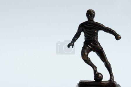 Photo pour Figure d'homme jouant au soccer sur fond blanc - image libre de droit