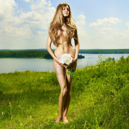 Photo pour Dame élégante nue dans une prairie ensoleillée verte - image libre de droit