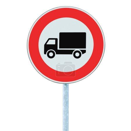 Photo pour Européen aucun véhicule de marchandises AVERTISSEMENT signe, isolé - image libre de droit