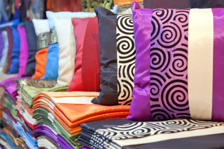 Photo pour Linges de soie thaïlandaise luxe et taies exposées au marché. - image libre de droit