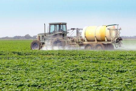 Photo pour L'application de pesticides sur un champ agricole commercial - image libre de droit
