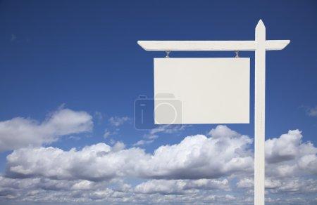 Photo pour Blank White Real Estate Sign Over Nuages et ciel prêt pour votre propre message . - image libre de droit