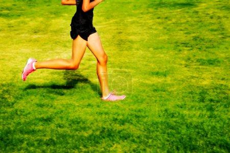Photo pour Coureur une course autour d'une piste avec lignes - image libre de droit