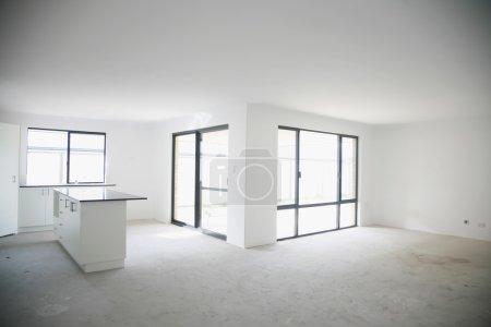 intérieur vide maison neuve avec cuisine sur table