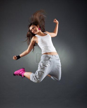 Photo pour Élégant et cool à la recherche break danseur saut en studio - image libre de droit