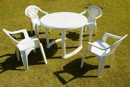 Photo pour Quatre chaises en plastique blancs - image libre de droit