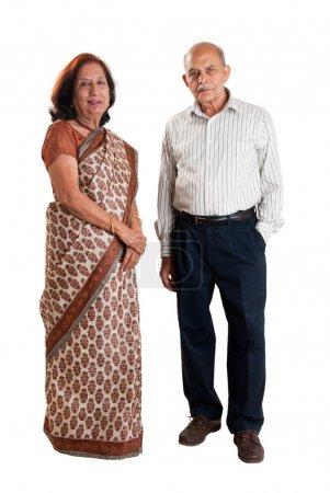 Photo pour Un permanent senior couple indienne / asiatique - isolé sur blanc - image libre de droit