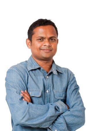 Photo pour Un jeune homme de l'Inde avec les bras croisés - isolé sur blanc - image libre de droit