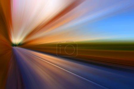 Photo pour Représentation abstraite de la route et de ses environs pendant le trajet à grande vitesse dans le véhicule . - image libre de droit