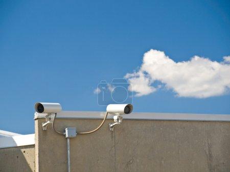 Photo pour Caméras de sécurité, réalisation de surveillance sur le côté d'un bâtiment - image libre de droit