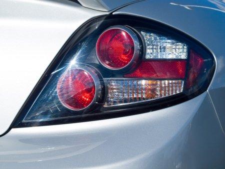 Photo pour Gros plan sur un nouveau feu arrière de voiture - image libre de droit