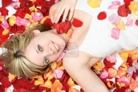 Photo pour Sourire belle fleur pétales femme - image libre de droit