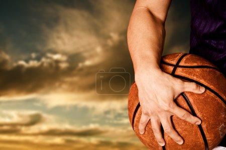 Photo pour Un coup d'un joueur de basket-ball en plein air - image libre de droit