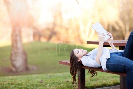 Photo pour Plan d'un étudiant lisant un livre - image libre de droit