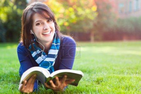 Photo pour Portrait d'un étudiant d'un collège mixte étudiant sur le campus - image libre de droit