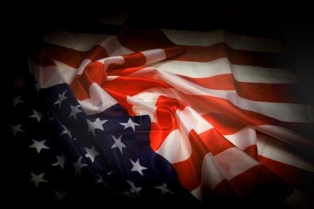 Photo pour Drapeau des USA dans la nuit noire comme fond national - image libre de droit