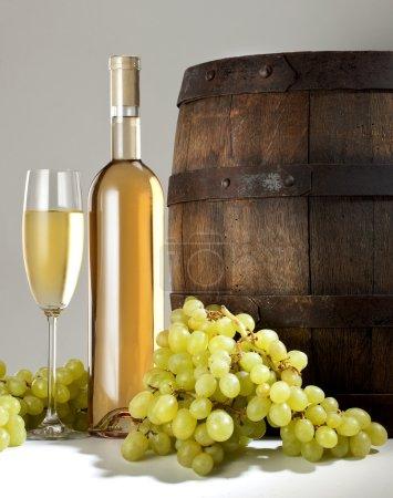 Photo pour Vin blanc avec le baril sur fond blanc - image libre de droit