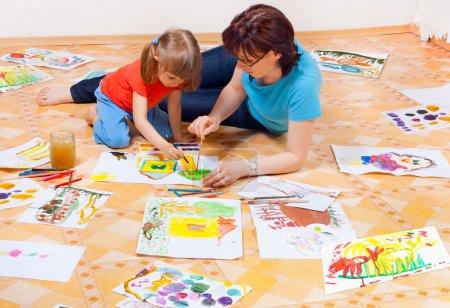 Photo pour Mère et fille peint sur le sol - image libre de droit