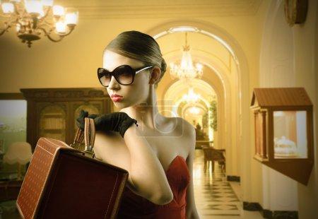 Photo pour Élégante belle femme tenant un sac de mode avec un habitacle en arrière-plan - image libre de droit