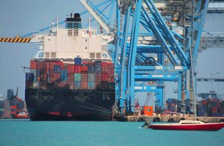 Photo pour Navire marchand dans un port - image libre de droit