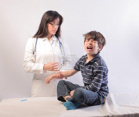 Photo pour Pédiatre vaccinant un enfant en pleurs - image libre de droit