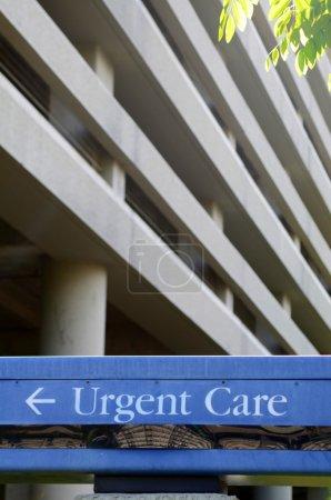 Photo pour Signe de soins urgents à l'extérieur d'un service des urgences - image libre de droit