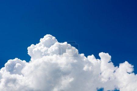 Photo pour Nuages dans le ciel bleu - image libre de droit