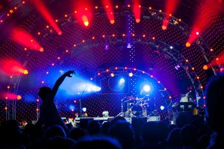 Photo pour Foule de fans lors d'un concert live en plein air - image libre de droit