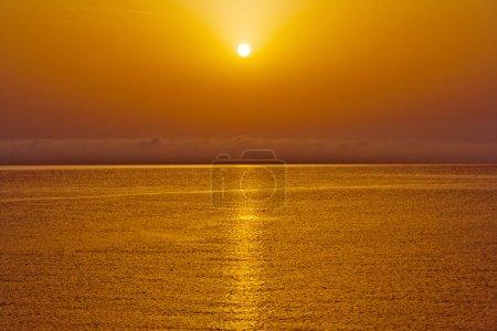 Photo pour Photo horizontale du coucher du soleil sur la mer - image libre de droit
