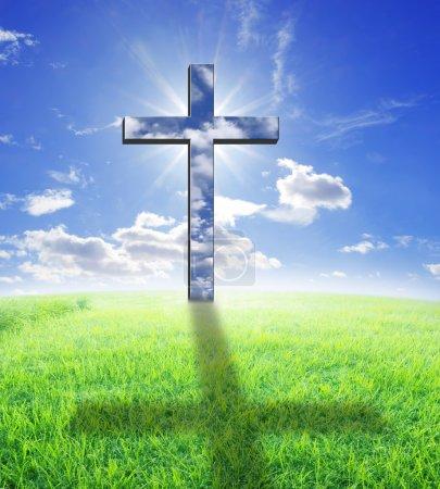 Photo pour Croix et lumière du soleil en colline - image libre de droit