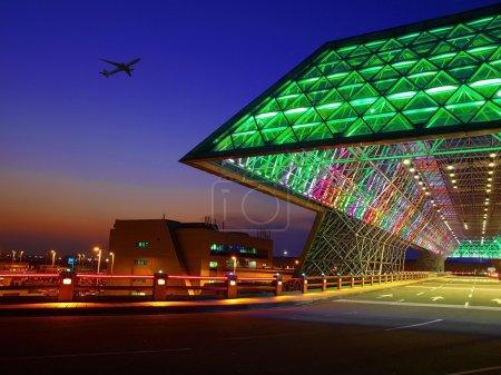 Photo pour Coucher de soleil à l'entrée de l'aéroport - image libre de droit