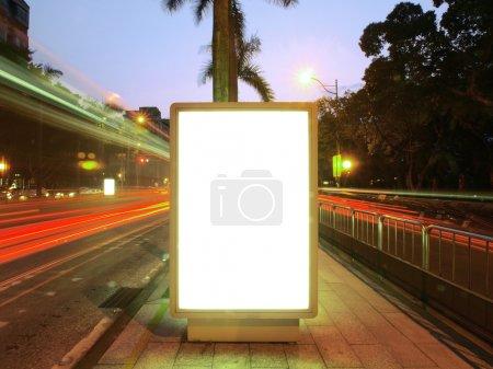 Photo pour Panneau d'affichage vide sur trottoir - image libre de droit