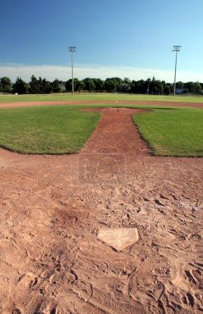 Photo pour Une vue sur un terrain de baseball au crépuscule. - image libre de droit