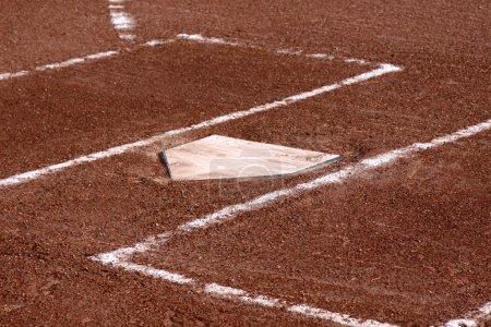 Photo pour Un gros plan des boîtes de pâtes à frire et plaque de maison sur un terrain vacant de baseball. - image libre de droit