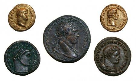 Photo pour Pièces de l'empire romain avec Néron (en haut à droite), Auguste (en haut à gauche), Maximin II (en bas à gauche), Constantin I (en bas à droite), et Trajan (au milieu ). - image libre de droit