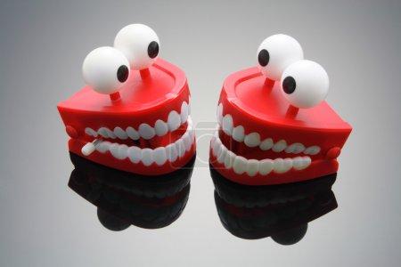 Photo pour Chatter les dents avec réflexion - image libre de droit