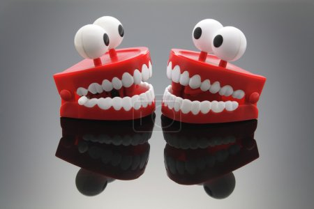 Photo pour Jouet à dents bavardes avec réflexion - image libre de droit