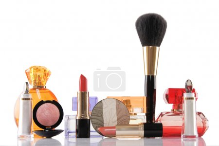Photo pour Parfum et cosmétiques sur fond blanc, concept beauté - image libre de droit