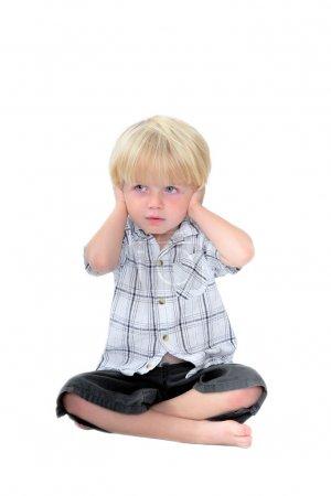 Photo pour Photo studio du jeune garçon avec ses mains sur ses oreilles et fond isolé blanc - image libre de droit