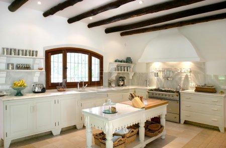 Photo pour Intérieur de cuisine rustique, modernes et lumineuses de grande villa espagnole. avec des chevrons en bois au plafond dans un style traditionnel. - image libre de droit