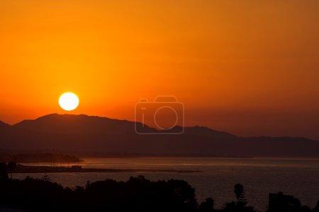 Photo pour Lever de soleil doré sur les montagnes et le port de Marbella en Espagne sur la Costa del Sol - image libre de droit