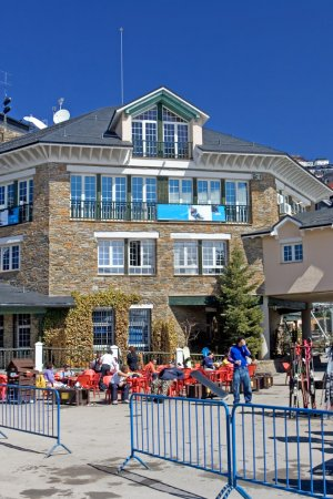 Photo pour Place principale de la station de ski Prodollano dans les montagnes de la Sierra Nevada en Espagne - image libre de droit