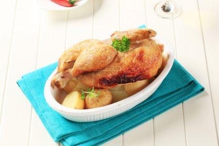 Photo pour Poulet rôti et pommes de terre nouvelles dans une casserole - image libre de droit