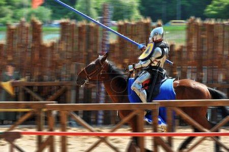 Photo pour Armure médiévale des Chevaliers à cheval à la compétition de joutes - image libre de droit